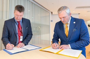 Torbjörn Wahlborg, Senior Executive Vice President Generation at Vattenfall (left), and Kalev Kallemets, CEO of Fermi Energia, at signing of LOI at Vattenfall's headquarters in Solna, Sweden.