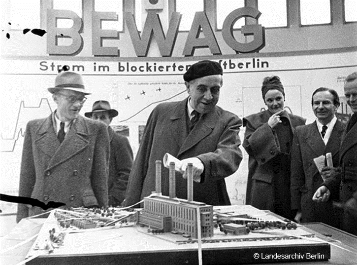 Berlin Spring Trade Fair 1949 Head Mayor Ernst Reuter views a model of the West Power Plant.png