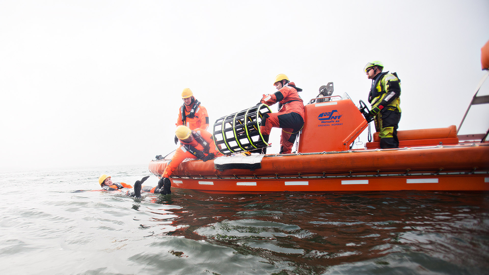 Survival course participants demonstrate rescuing a colleague at open sea. Photo: Lars Thornblad